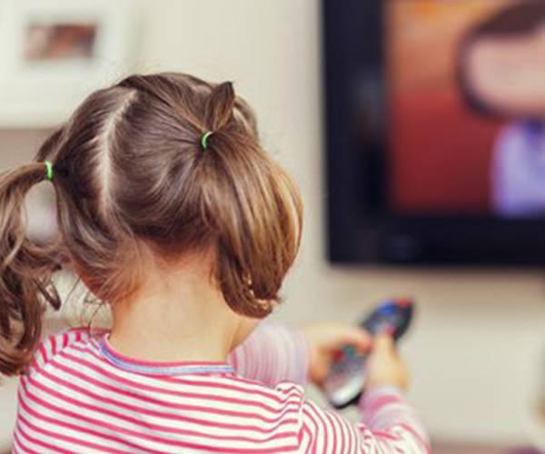چرا کودکان زیر دو سال نباید تلویزیون نگاه کنند؟
